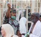 امرأة توزع عبارات شكر على رجال الأمن العاملين في ساحات المسجد الحرام