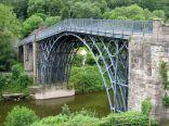 أين بني أول جسر حديدي في العالم؟