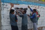 فريق إنجاز التطوعي يقوم بطمس بعض العبارات السيئة على جدران قرية المرابي