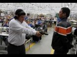 ما هو المنتج الذي يطلق رجل أعمال كولومبي الرصاص على موظفيه بسببه ؟