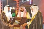 وكيل إمارة الباحة يكرم مدير الجامعة المكلف الدكتور الزهراني بمهرجان العسل