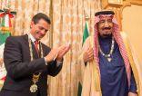 """خادم الحرمين يقلّد الرئيس المكسيكي قلادة """"الملك عبدالعزيز""""، ويتقلّد منه الوسام المكسيكي """"نسر الاستيك"""""""