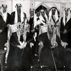 مقطع نادر للملك سعود وهو يصلي الجمعة بأحد مساجد اليونان مع 3 من أبنائه
