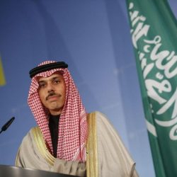 صورة نادرة خارج الرسميات للملك فهد مع ابنه الأمير عبدالعزيز