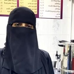 سعودي يتقن حرفة صناعة أدوات الصقور